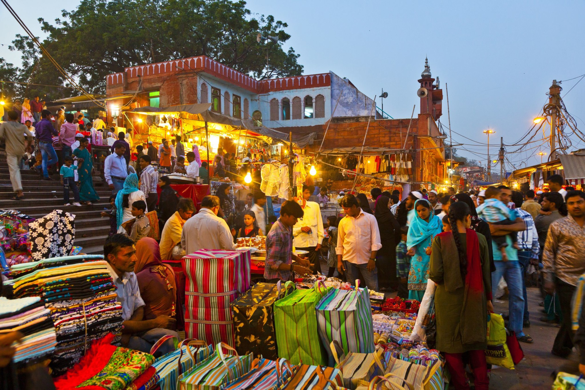 Meena-Bazaar-in-front-of-Jama-Mashid-mosque-in-Delhi-India.jpg