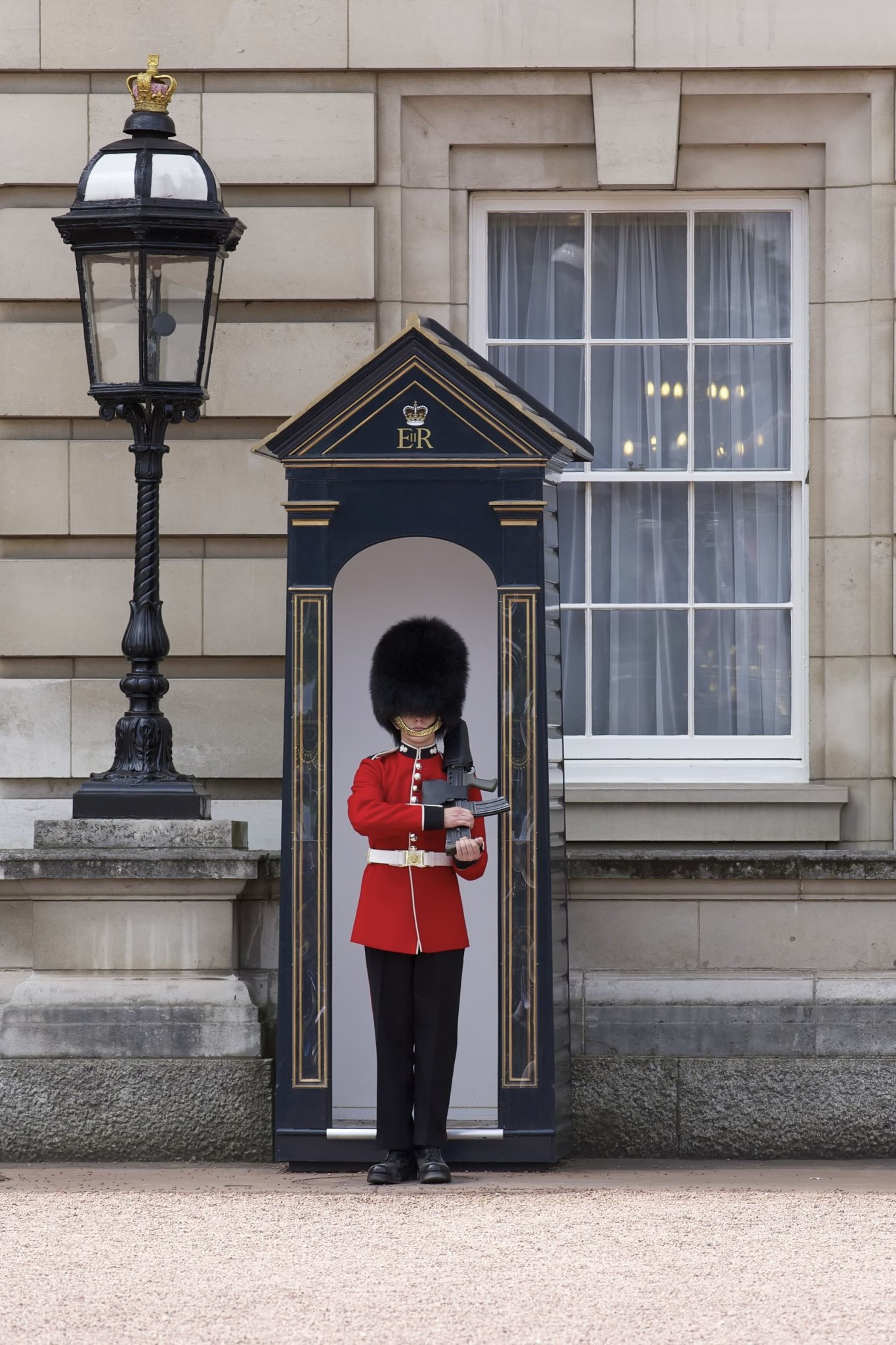 Sentry-of-the-Grenadier-Guards-outside-Buckingham-Palace-in-London